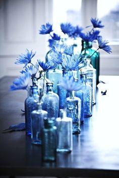blauwe flesjes met korenbloemen