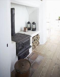39 Ideas wood burning kitchen stove design for 2019 Kitchen Stove Design, Alter Herd, Wood Stove Cooking, Wood Burning Cook Stove, Swedish House, Swedish Kitchen, Old Kitchen, Rustic Kitchen, Country Kitchen