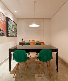Residência Hanriot I Isabela Bethônico Arquitetura. Sala de jantar / Detalhes Verdes / Quadros / Moderno e despojado.