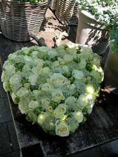 Boeket voor op auto? Witte rozen, witte lysianthus Funeral Flower Arrangements, Modern Flower Arrangements, Christmas Arrangements, Funeral Flowers, Deco Floral, Arte Floral, Grave Decorations, Flower Decorations, Funeral Tributes