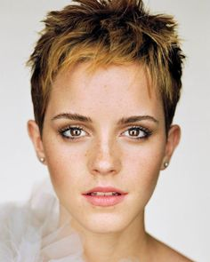 From Hermione's curly mane to that striking post-Potter pixie cut: Emma Watson is a hair hero. Having grown up in the spotlight, Emma Watson has had her hair. Martin Schoeller, Emma Watson Pixie, Emma Watson Short Hair, Emma Watson Body, Best Pixie Cuts, Short Cuts, Short Wavy, Short Bangs, Spiky Short Hair