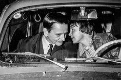Statsminister Olof Palme (S) får skjuts av hustrun Lisbet 1970. Foto: Folke Hellberg