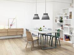 salle scandinave avec commode et plancher en bois clair