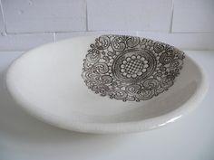 Duża miska z białej gliny pokryta transparentnym szkliwem. Ornament w kolorze brązowym  Wymiary: średnica 37cm wysokość 8 cm Hanja -Hanna Owczarek