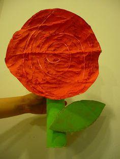 Ja és aquí la gran diada de Sant Jordi i per celebrar-la els nens i nenes d'Educació Infantil han preparat aquestes boniques roses! ...