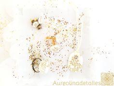 Línea realizada en polymer clay blanco con dibujos de hojas doradas