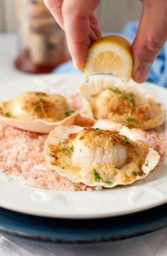 La ricetta delle capesante gratinate che vi proponiamo prevede l'utilizzo della conchiglia del mollusco per l'impiattamento, di grande effetto a tavola.