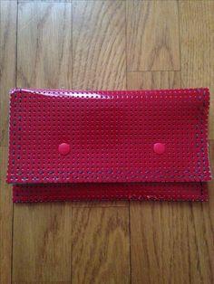 Pochette couture ou autre usage Vinyle perforé laqué rouge, noir et fil perlé gris