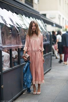 #AuroraSansone #StockholmStreetStyle #streetstyle Pink midi dress & denim jacket