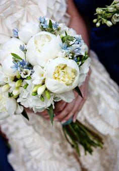 Imaginam o perfume deste grandioso bouquet de noiva com peónias brancas e frésias? Que maravilha e que graça tem com o detalhe das florinhas azuis!