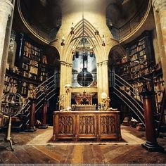 Hogwarts set, Harry Potter and the Chamber of Secrets - Dumbledore's office. I'd Like to have a library/study that looked kind of like this. Albus Dumbledore, Beautiful Library, Dream Library, Magical Library, Future Library, Mundo Harry Potter, Harry Potter World, Harry Potter Library, Hogwarts Library