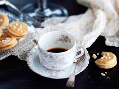 Juhlavat, kreemitäytteiset mokkaleivät voi kuorruttaa kahvi-tomusokeriseoksella. Tämä resepti on julkaistu Kotiliedessä ensi kerran vuonna 1932, Chocolate Coffee, Tea Cups, Tableware, Sweet Stuff, Dinnerware, Tablewares, Dishes, Place Settings, Cup Of Tea