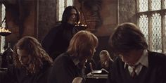 I was watching this gif for a long time and it is weird but does Alans hand make more than 1 movement? XD at first he pushes Ruperts head away, it makes some kinda circle and then pushes it one more time. I mean wtf XDDDDDD Harry Potter Severus Snape, Severus Rogue, Harry Potter Jokes, Harry Potter Cast, Harry Potter Fan Art, Harry Potter Universal, Harry Potter World, Alan Rickman, Hogwarts