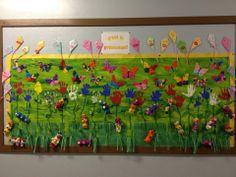 Murale du printemps:  Traces de mains pour faire des fleurs, chenilles avec des boîtes d'oeufs et cerf-volant en papier origami et papillons en papier de soie.
