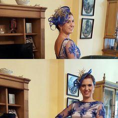 Sensi, fantástica con su tocado de invitada y con un look ideal, diseñado según el vestido que en este caso era en tonos azuloes y dorados.