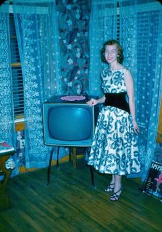 37 Stunning Color Photos That Capture Teenage Girls in Dresses From the ~ vintage everyday Vintage Tv, Vintage Fashion, Vintage Stuff, Vintage Decor, Retro Fashion, Event Dresses, Nice Dresses, Curtain Styles, Vintage Photographs
