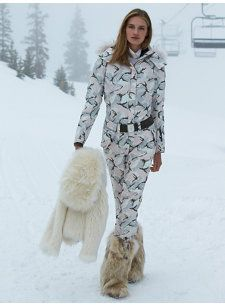 Chic ski wear for the jet setter Girls Winter Coats, Winter Jackets Women, Winter Hats, Winter Suit, Winter Gear, Ski Fashion, Sport Fashion, Cute Jackets, Sport Outfits