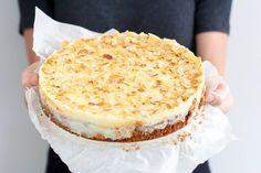 Een amaretto cheesecake met witte chocolade, geroosterde amandelen en een bodem van bastognekoeken. Die is heel erg snel op kan ik je vertellen.