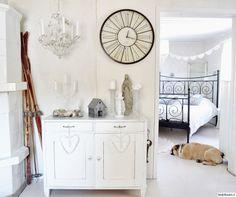 lipasto,sukset,lyhty,asetelma,koriste-esineet,kynttilät,seinäkello,kynttiläkruunu,maalaisromanttinen,maalaisromanttinen sisustus