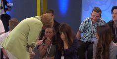 20150716 - Durante palestra sobre a vida na Alemanha, a chanceler alemã Angela Merkel foi questionada por uma menina palestina em risco de deportação sobre as políticas do país para imigrantes. Merkel respondeu que a Alemanha não pode ajudar todos, o que fez a menina chorar. A chanceler tentou consolar a garota, mas o vídeo, divulgado nesta quinta-feira (16), tornou-se viral.