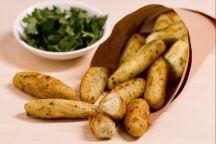 I cazzilli palermitani, detti anche crocchè, rappresentano un classico della rosticceria siciliana, si tratta di crocchette di patate il cui nome deriva dalla loro tipica forma allungata. I cazzilli, unitamente alle panelle (frittelle di farina di ceci) sono una tipica pietanza da strada. Se pur la ricetta preveda pochi e semplici ingredienti, i cazzilli rappresentano uno dei cibi più prelibati che si possono gustare nelle friggitorie siciliane. La preparazione prevede l'utilizzo di patate…