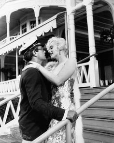 Still of Marilyn Monroe and Tony Curtis in Some Like It Hot