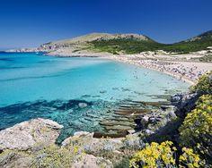 Juego de colores en las aguas de la cala Mesquida, en Mallorca