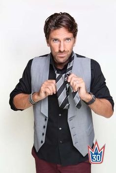 Henrik Lundqvist demonstrates how to tie a tie. That was an awkward sentence.