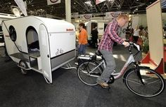 Bike Campers: 12 Mini Mobile Homes for Nomadic Cyclists—German RV maker Dethleffs experimented with a concept bike camper, producing a prototype that included a bed and a small kitchen. Cross Country Bike, Bike Motor, Cool Rvs, Tiny Camper, Cargo Bike, Camping Glamping, Camper Trailers, Travel Trailers, Travel Light