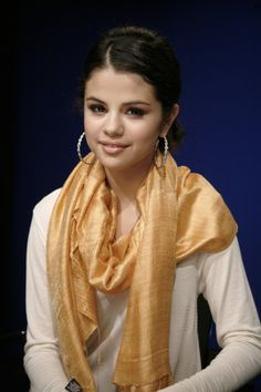 Alex Russo had a think for scarves and big jewelry. She'd totally approve of this look. Selena Gomez Dress, Selena Gomez Photoshoot, Selena Gomez Style, Stylish Girls Photos, Girl Photos, Alex Pics, Alex Russo, Selena Gomez Pictures, Real Beauty