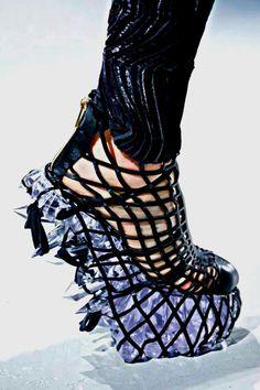 イリス・ヴァン・ヘルペンによる作品(2015年)。こちらは日本のデザイナー舘鼻則孝とのコラボレーションにより制作された靴。3Dプリント技術によるクリスタルが靴底にセットされています。