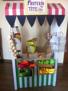 Una frutería hecha con la estantería SKYLTA de Ikea . ¡Todos a jugar!