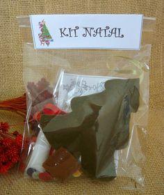 Kit para crianças de todas as idades se divertirem no Natal <br> <br>Kit para decorar sua árvore de Natal miniatura <br>Contem: <br>01 Pingente de árvore de Natal de feltro <br>01 Bisnaga de cola branca <br>01 Kit com enfeites para decorar sua árvore <br>01 cartinha para colorir e escrever ao Papai Noel <br> <br>Altura: 22.00 cm <br>Largura: 10.00 cm <br>Comprimento: 10.00 cm <br>Peso: 80 g