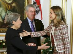 Queens & Princesses - Queen Letizia on his first official visit abroad solo in Vienna, Austria, to inaugurate an exhibition on Velasquez.  Letizia wore her suit FELIPE VARELA , new shoes MAGRIT and bag ADOLFO DOMINGUEZ .  Lunch with the President and his wife at the presidential palace