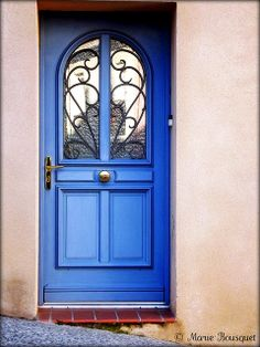 Porte bleue de la rue en pente by bleumarie, via Flickr