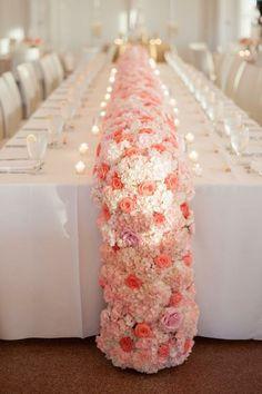 Caminos de mesa con flores.