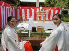 日枝神社(千代田区永田町2)で5月13日、境内で参拝者にお札やお守りなどを渡す「授与所(じゅよしょ)」の建設を前に「授与所建設工事地鎮祭」が行われた。(2013-05-14)