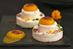 Semiesferas de mango y mousse de yogur griego: http://semiesferas-de-mango-y-mousse-de-yogur-griego.recetascomidas.com/
