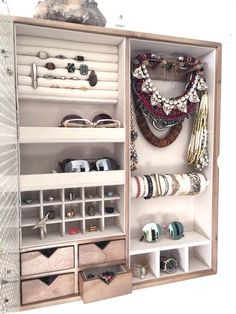 Wall Mounted Jewelry Organizer Photo Frame If youre like me, a fashion obsessed individual that is in love with organization and home decor, this is the perfect new addition to your lovely home! Jewelry Cabinet, Jewelry Armoire, Jewelry Chest, Baby Jewelry, Jewelry Dish, Jewelry Making, Gold Jewelry, Jewelry Rings, Fine Jewelry