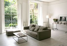 I'm loving this white room - white floors, white walls and a table full of beautiful things. Winter Living Room, Living Room Sofa, Home And Living, Living Spaces, Simple Living, White Wooden Floor, White Washed Floors, Painted Wood Floors, Decoration