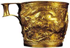 Tazza di Vaphiò; XV secolo a.C.; oro lavorato a sbalzo; sito di Vaphiò a sud di Sparta, Laconia; Museo archeologico Nazionale, Atene.