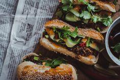 Vegaaniset korealaiset nyhtökaurahodarit ovat saaneet aivan älyttömän paljon suosiota ja kehuja. Tulista, makeaa ja hapanta. Cheesesteak, Hamburger, Ethnic Recipes, Food, Essen, Hamburgers, Yemek, Meals
