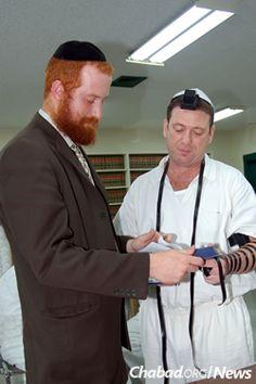 El rabino coloca los tefilín a un hombre en la Unidad Koher, una de las cuatro prisiones que se adaptan a las necesidades de los prisioneros judíos en Texas.