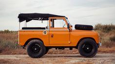 Deze Land Rover Series 2A uit 1971 wordt te koop aangeboden in Portugal door Cool & Vintage. Vier jaar geleden is deze gerestaureerd en gespoten in de