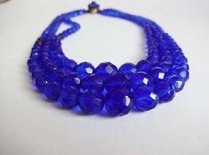 girocollo di tre fili di perle sfaccettate blu di Leschosesdemanu