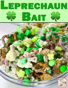 The Best Leprechaun Bark Recipe for St Patrick's Day - Classy Mommy St Patrick Day Snacks, St Patricks Day Food, St Patricks Day Deserts, St Patricks Day Snacks For School, Gourmet Recipes, Dessert Recipes, Cooking Recipes, Food52 Recipes, Snack Mix Recipes