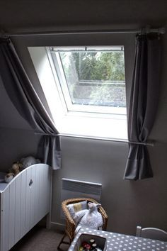 I really love this marvelous photo Skylight Covering, Skylight Shade, Diy Projects For Bedroom, Trailer Decor, Roof Window, Curtain Styles, Custom Drapes, Attic Rooms, House Windows