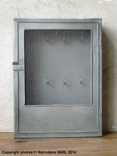 Boîte à clés métal galva, Madam Stoltz, déco zinc ----- idée : remplacer l'interieur du cadre en bois par grillage ? - couleur