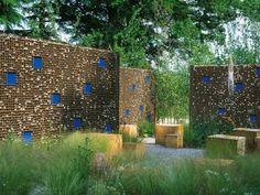 Mur-gabion en métal et pierres avec des ornements