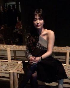WEBSTA @ instylekorea - #인스타일Live_LFW 터지는 플래쉬 세례에도 굴욕이란 존재 하지 않는다! #버버리(@burberry) 쇼 장에서 만난 우아한 그녀, #송혜교(@kyo1122) 입니다. 한국의 뮤즈로 참석해 자리를 빛냈군요. 세월은 그녀 앞에서 유독 힘을 쓸 수가 없나 봅니다. 빛나는 그녀의 미모 감상 함께 하시죠'-editor LGH #songhyekyo #Burberry #London #LFW #Instylekorea